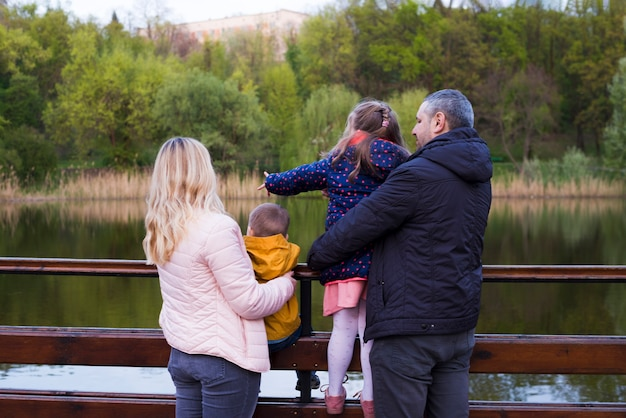 Glückliche eltern mit kindern in der natur
