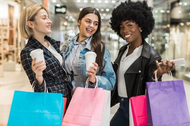Glückliche erwachsene frauen, die zusammen kaufen