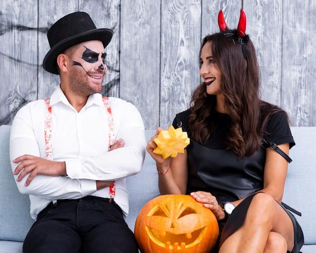 Glückliche erwachsene paare zusammen für halloween