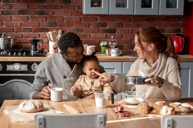 Glückliche familie am tisch mittlerer schuss