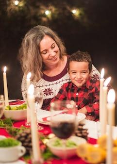 Glückliche familie am weihnachtsessen