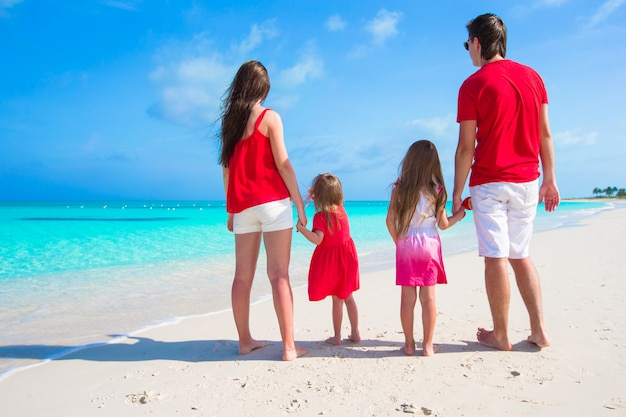 Glückliche familie am weißen strand während der sommerferien
