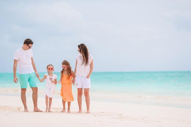 Glückliche familie an einem strand während der sommerferien