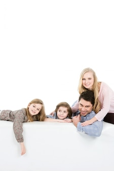 Glückliche familie auf der couch isoliert