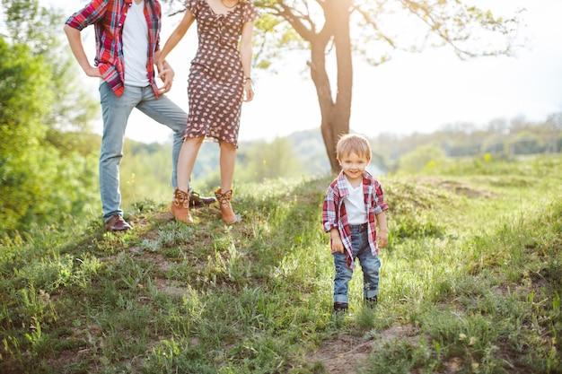 Glückliche familie auf der natur