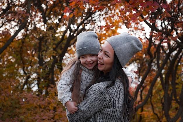 Glückliche familie auf einem herbstspaziergang Premium Fotos