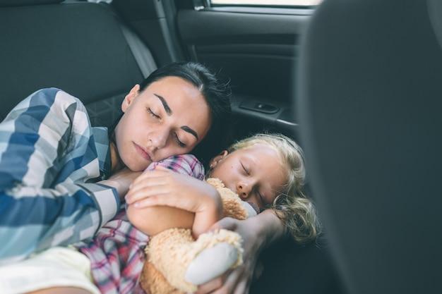 Glückliche familie auf einem roadtrip in ihrem auto. vater, mutter und tochter reisen am meer, am meer oder am fluss. sommerfahrt mit dem auto