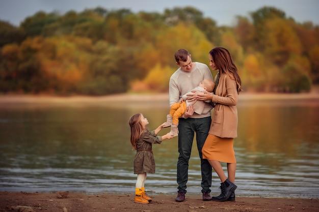 Glückliche familie auf einem spaziergang an einem herbsttag