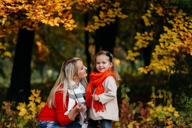 Glückliche familie auf herbstspaziergang