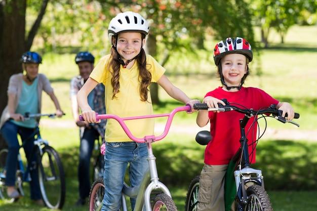 Glückliche familie auf ihrem fahrrad im park