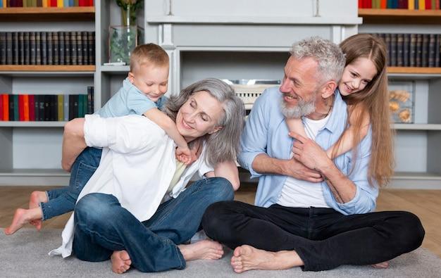 Glückliche familie auf teppich voll erschossen