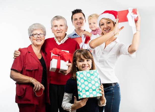 Glückliche familie auf weihnachten