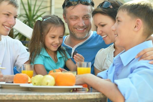 Glückliche familie beim frühstück auf dem tisch
