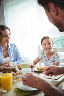 Glückliche familie beim frühstück