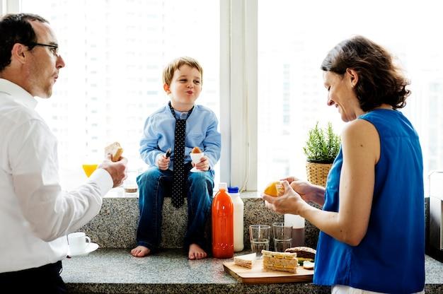 Glückliche familie beim gemeinsamen frühstück