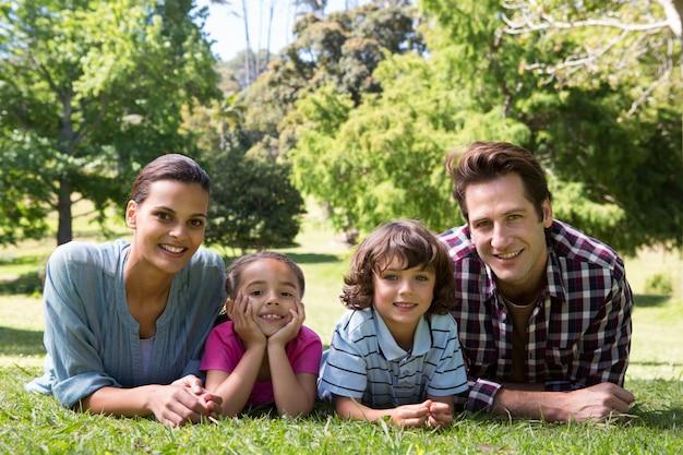 Glückliche familie, die an der kamera lächelt