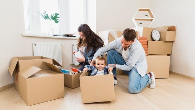 Glückliche familie, die an ihrem neuen zuhause genießt