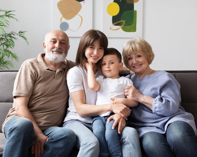 Glückliche familie, die auf couch sitzt