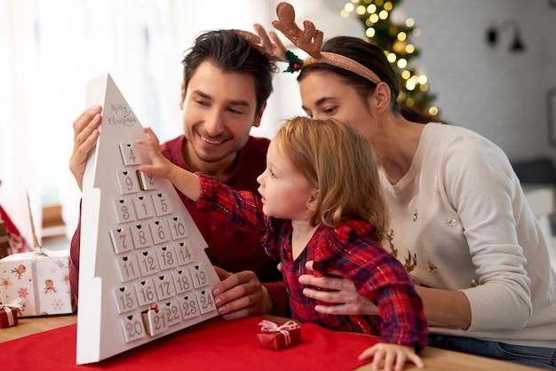 Glückliche familie, die auf weihnachten wartet