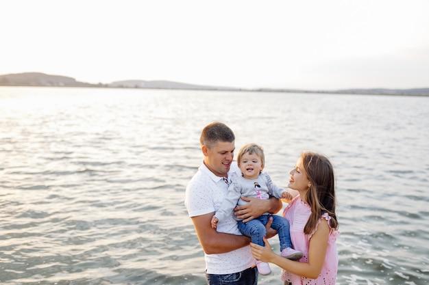Glückliche familie, die draußen zeit zusammen verbringt