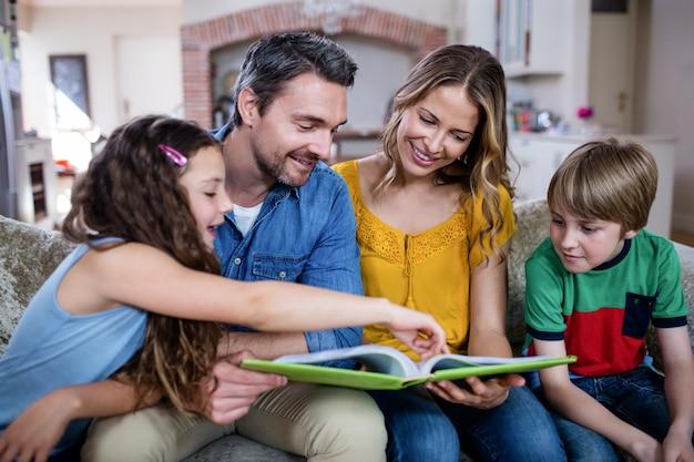 Glückliche familie, die ein fotoalbum betrachtet