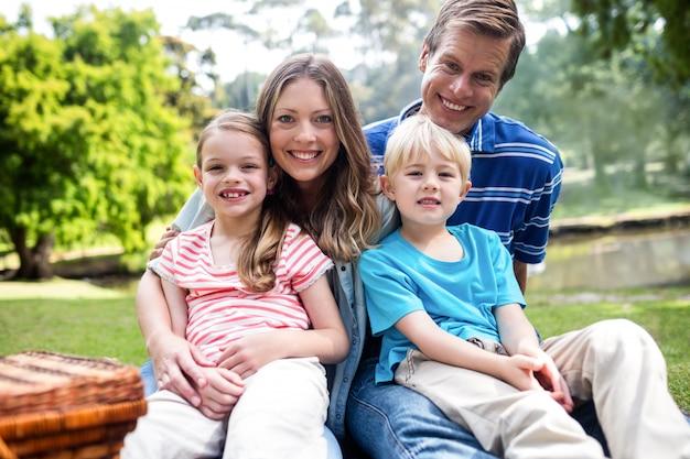 Glückliche familie, die ein picknick hat