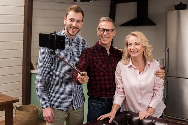 Glückliche familie, die ein selfie lächelt und nimmt