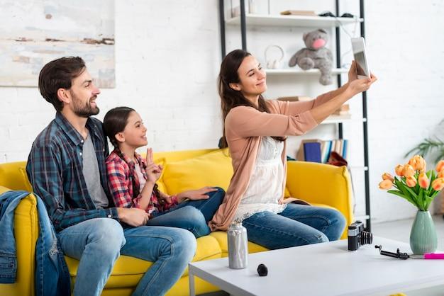 Glückliche familie, die ein selfie nimmt