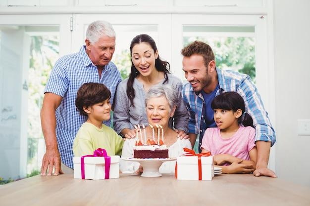 Glückliche familie, die eine geburtstagsfeier feiert