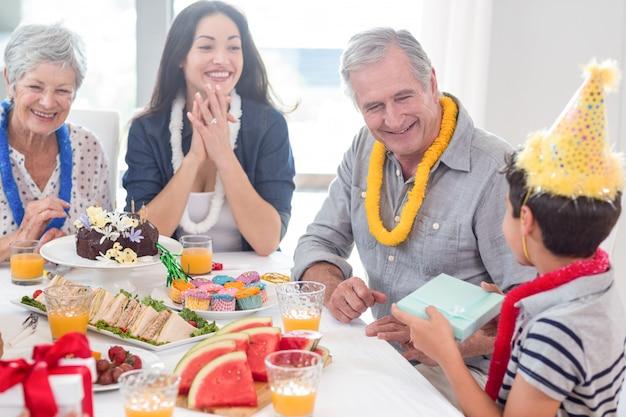Glückliche familie, die einen geburtstag feiert