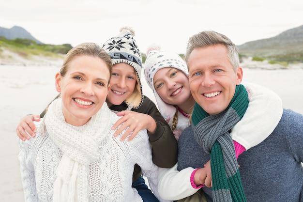 Glückliche familie, die einen schönen tag genießt