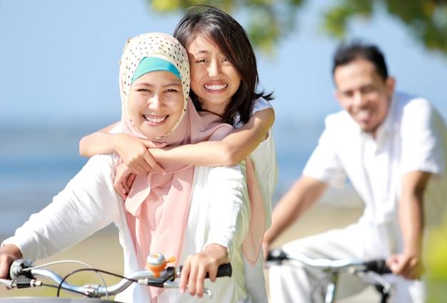 Glückliche familie, die fahrräder fährt
