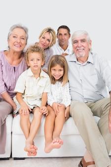 Glückliche familie, die für ein bild aufwirft