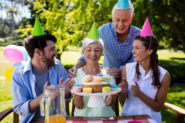 Glückliche familie, die geburtstagsfeier feiert
