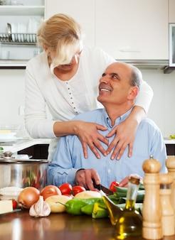 Glückliche familie, die gesundes lebensmittel kocht