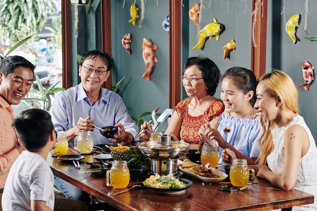 Glückliche familie, die gutes essen isst