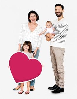 Glückliche familie, die herat geformte ikone hält