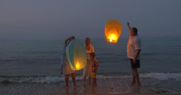 Glückliche familie, die himmelslaterne freigibt