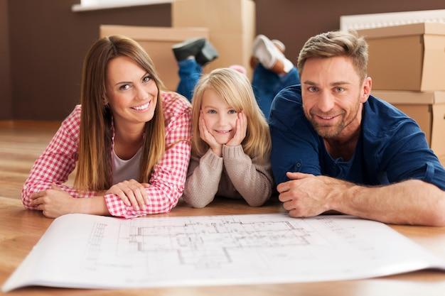 Glückliche familie, die ihre neue wohnung plant