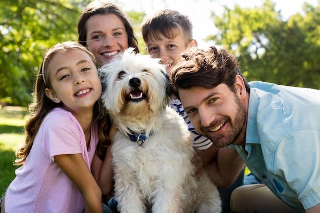 Glückliche familie, die im park genießt