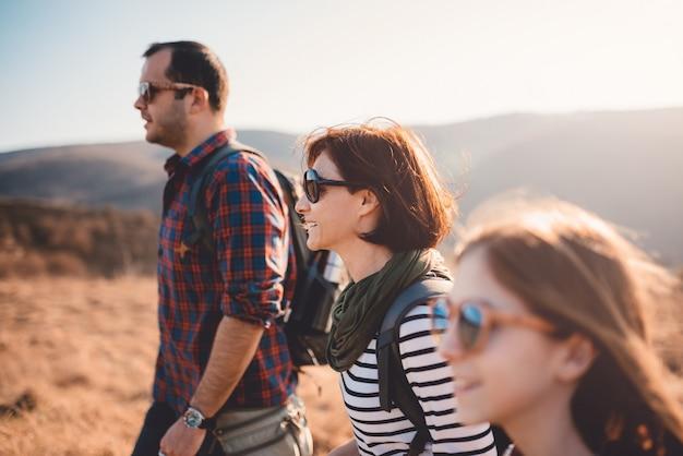 Glückliche familie, die in der gebirgswanderungsreise genießt