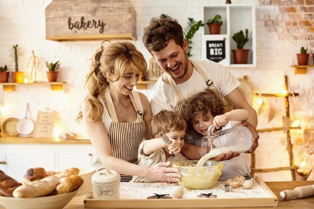 Glückliche familie, die in der küche kocht