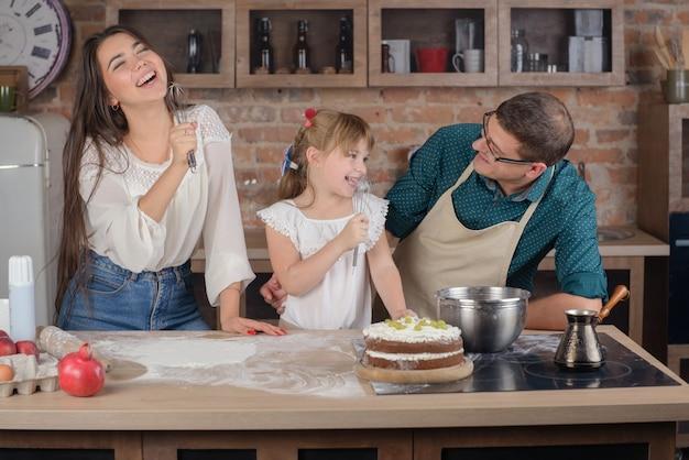 Glückliche familie, die in der küche singt