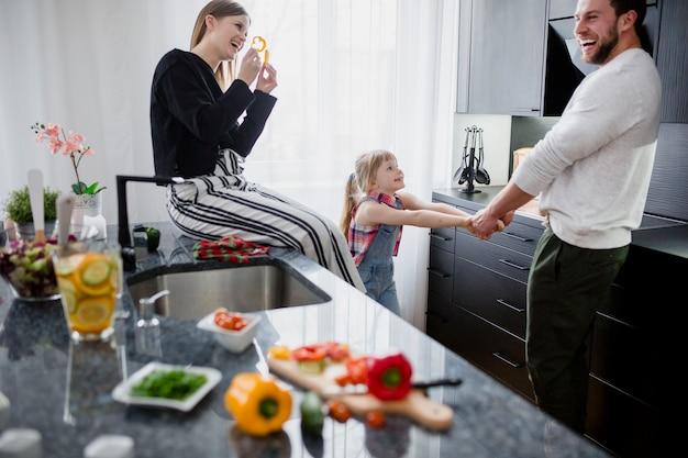 Glückliche familie, die in der küche spielt