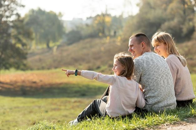 Glückliche familie, die in der natur sich entspannt