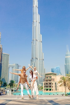 Glückliche familie, die in dubai mit wolkenkratzern geht