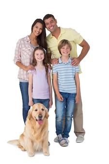Glückliche familie, die mit hund steht