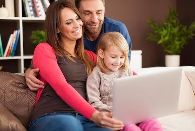 Glückliche familie, die moderne technologie genießt