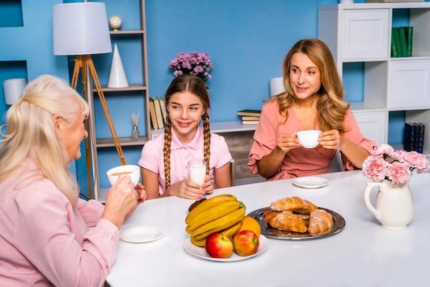 Glückliche familie, die morgens zu hause frühstückt