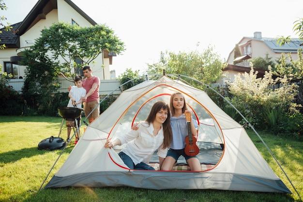Glückliche familie, die picknick im park genießt